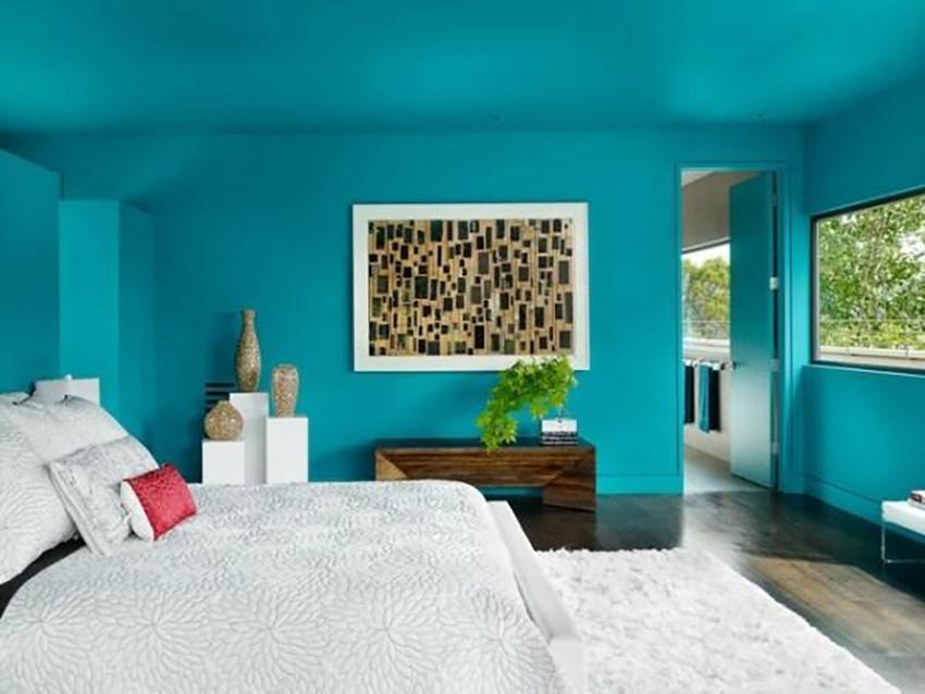 Le plafond de la même couleur que les murs