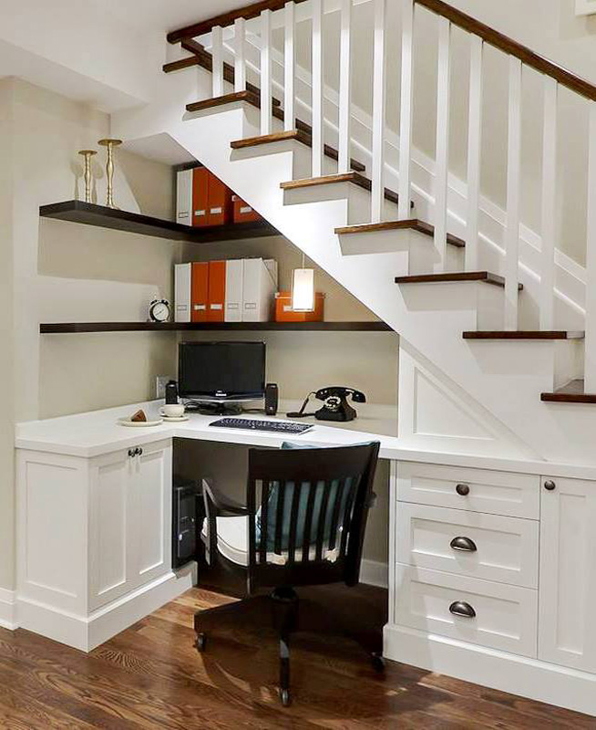 Un bureau à domicile sous les escaliers