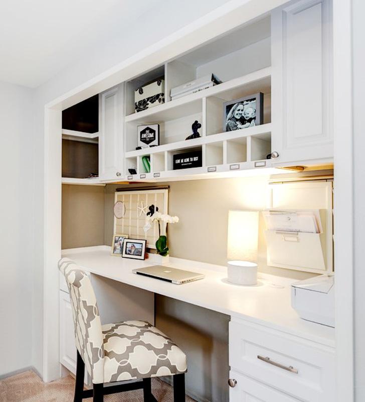 Un bureau à domicile dans un placard de rechange